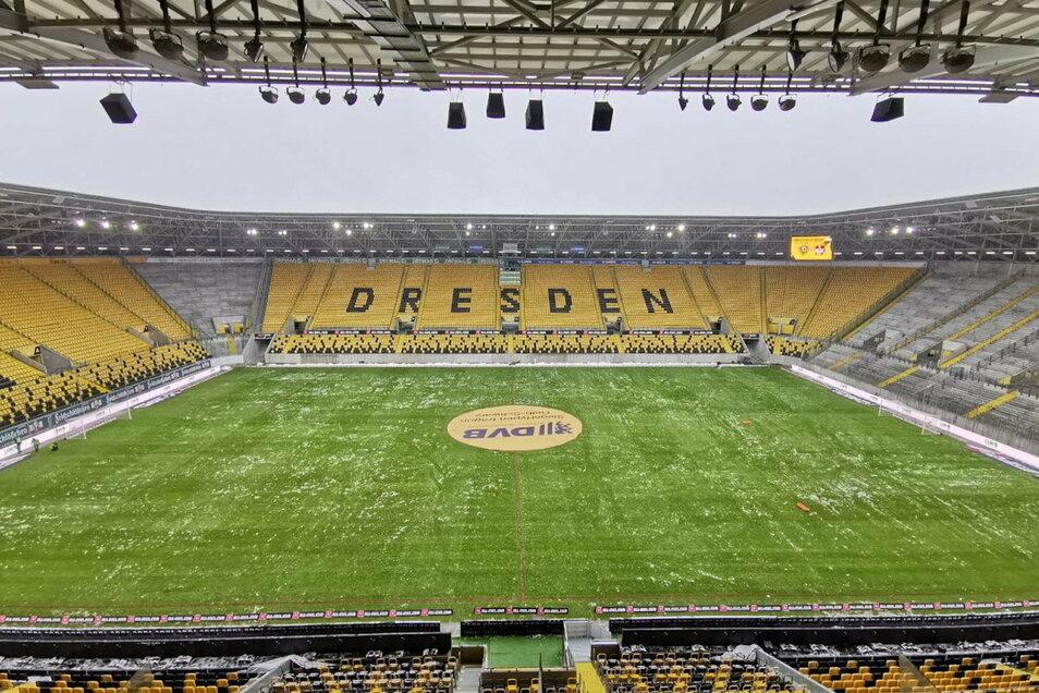 Der Platz im Rudolf-Harbig-Stadion ist beräumt. Seit 10 Uhr morgens waren Helfer und Helferinnen im Einsatz, damit Dynamo heute gegen den 1. FC Kaiserslautern antreten darf.