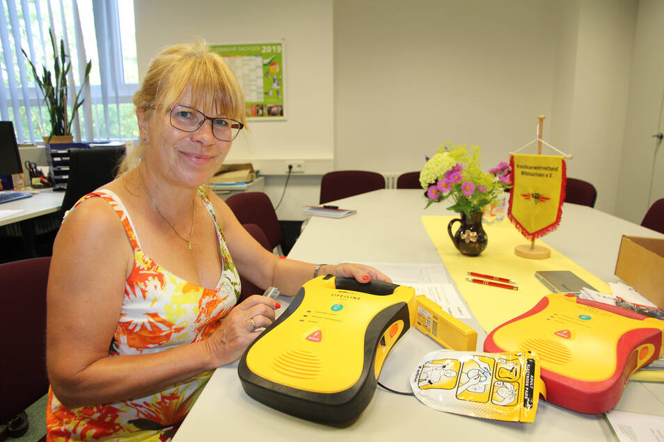 Barbara Patzek von einer Dresdener Firma überprüft die neuen Defibrillatoren, die an 53 Ortsfeuerwehren in Mittelsachsen übergeben werden. Sie wird die Feuerwehrleute am Sonnabend in die Geräte einweisen.