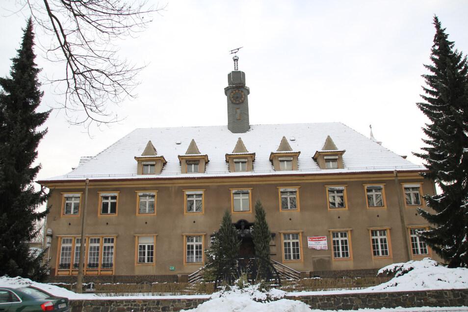 Das Laubuscher Rathaus gehörte zu den Gebäuden, von denen sich die Stadt trennen wollte. Derzeit ist der neue Eigentümer mit der Sanierung beschäftigt.