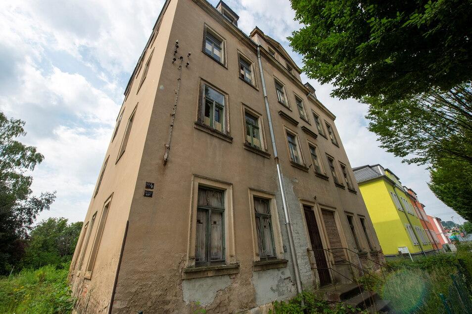 Rechts und links sind die Häuser auf der Güterbahnhofstraße saniert, die Nummer 50 fällt dazwischen auf.