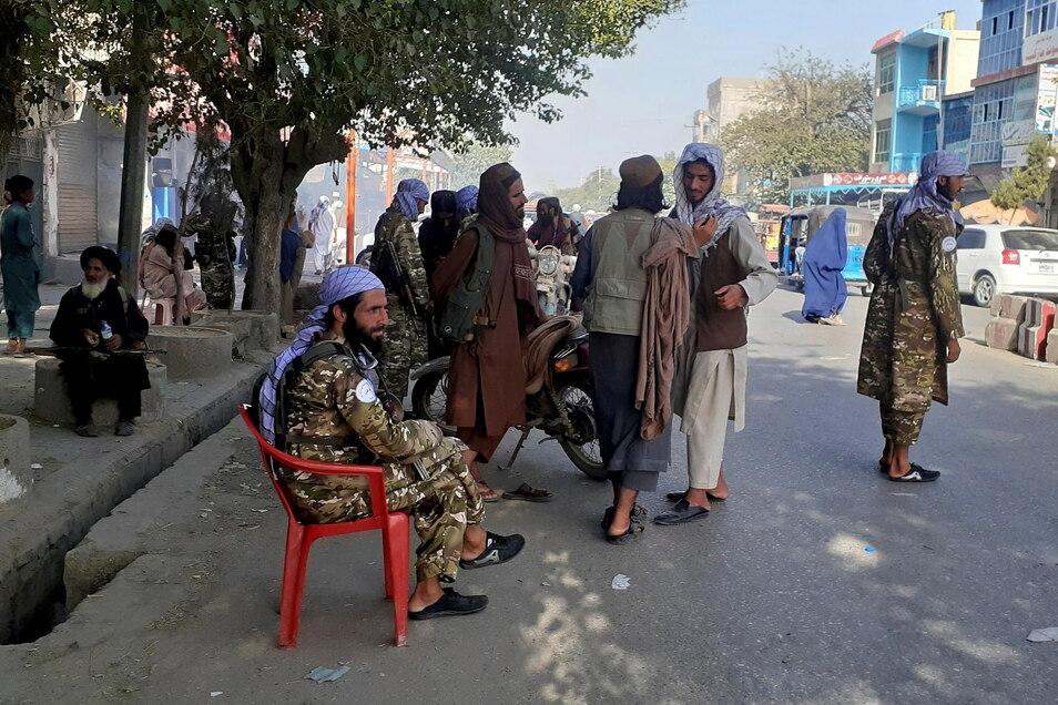 Die neue Normalität in Kundus: Taliban-Kämpfer halten an einem Kontrollpunkt Wache.