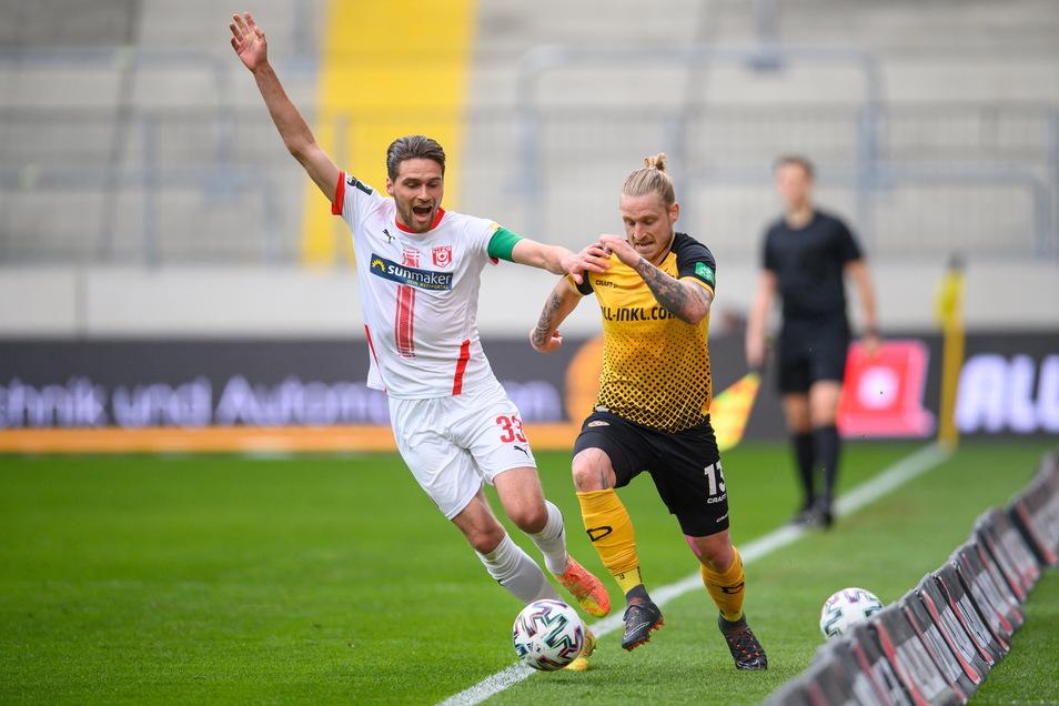 Drin oder draußen? Halles Jonas Nietfeld reklamiert, dass der Ball im Aus ist. Dynamos Marvin Stefaniak spielt einfach weiter.