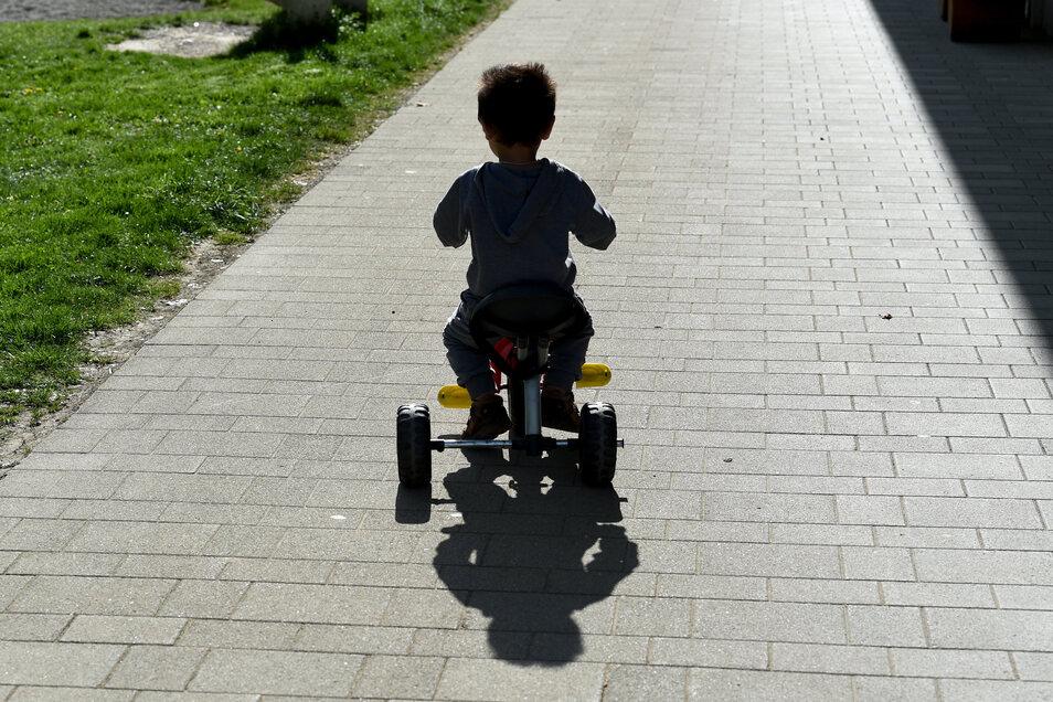 Potenziell gefährdet? Ein Asylbewerberkind fährt im baden-württembergischen Sigmaringen auf einem Dreirad. In Dresden soll es am Montag zu einem Übergriff auf einen vierjährigen arabisch-stämmigen Jungen gekommen sein.