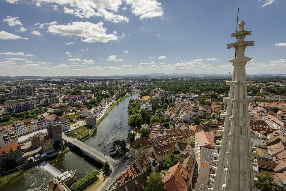 Aus luftiger Höhe von der Peterskirche ist das Neißewehr unten links gut zu erkennen, wo das Schlauchboot hängenblieb.