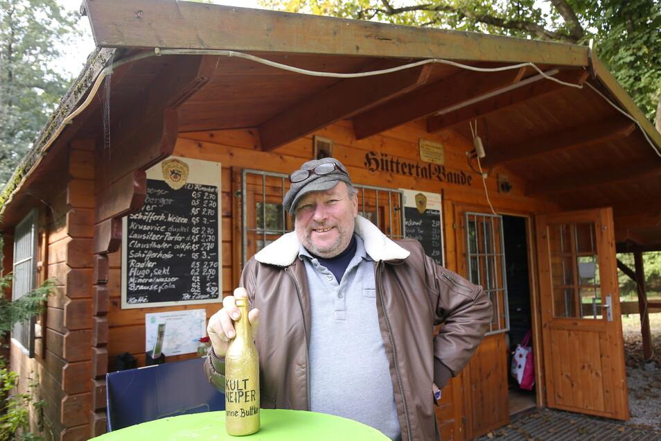 In seinem Imbiss an der Hüttermühle bietet Manfred Buttke Würstchen, Frikadellen und alkoholfreie wie alkoholische Getränke an.