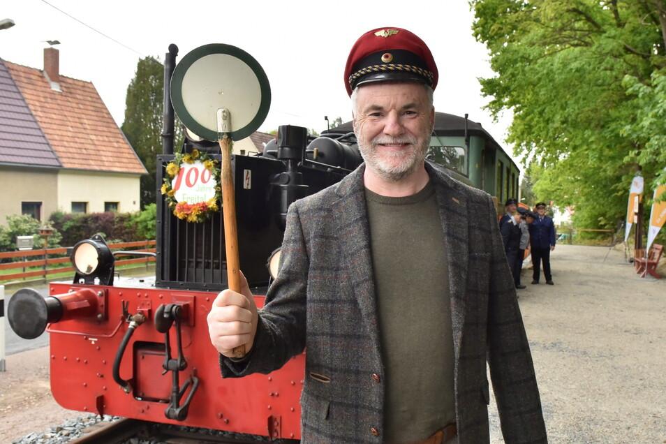 Oberbürgermeister Uwe Rumberg darf zur Eröffnung des Haltepunktes als Schaffner aushelfen.
