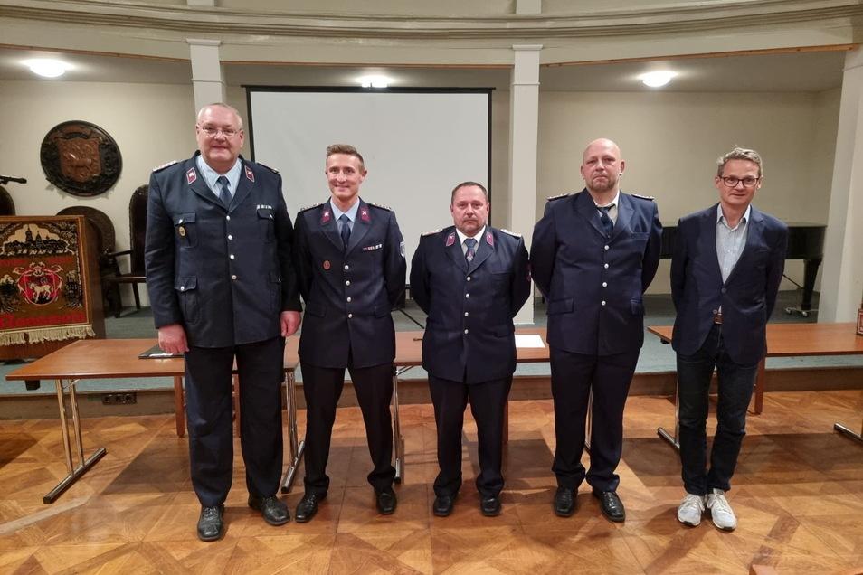 Bürgermeister Veit Lindner (rechts) beglückwünscht die neue Gemeindewehrleitung: Gemeindewehrleiter Udo Hoffmann und die Stellvertreter Martin Mende, René Bernhard und Matthias Funke (von links).