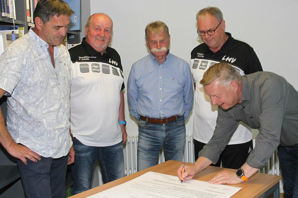 Von links nach rechts: Stefan Kaiser, Sportkoordinator des Regionalschulamtes Bautzen; Frank Scheibe, sportlicher Leiter des LHV Hoyerswerda; Sportlehrer Andreas Schütze; Jürgen Schröter, Präsident des LHV; und Uwe Blazejcyk (hier bei der Unterschrift