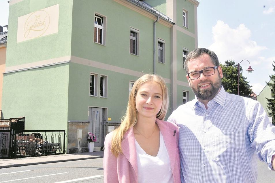 Christian Heinze und Barbora Jakob vor ihrem Goldstück im Zentrum Bad Schandaus. Um das Frühstücksbuffet kümmert sich der Chef persönlich.