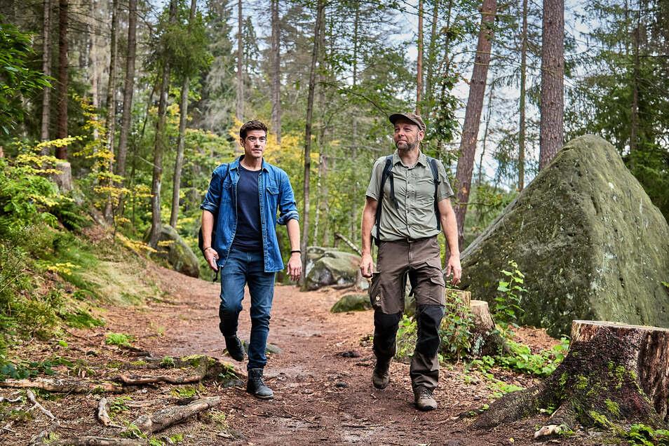 Schauspieler Philipp Danne und Nationalparkwächter Marko Hänsel auf dem Weg zur Gautschgrotte.