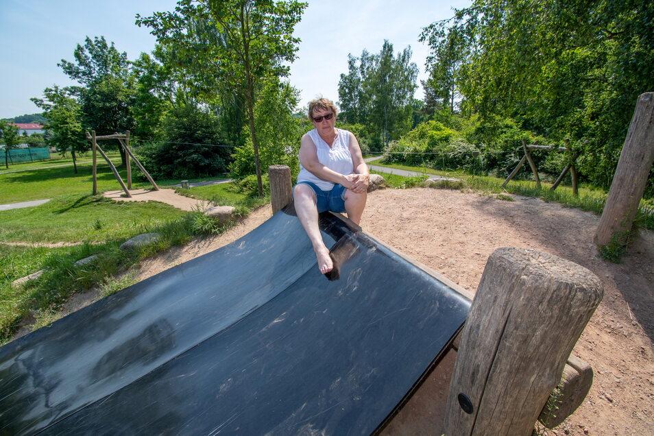 Kerstin Kratsch prüft mit nackten Füßen die Temperatur auf der schwarzen Gummirutsche in den Klostergärten. Dass diese sich im Sommer stark aufheizt, ist lange bekannt.Geändert wurde es bisher nicht.