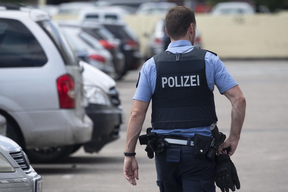 Erst als die Polizei eintraf, war Schluss: Ein Freitaler versuchte seine Kumpels zu beeindrucken, indem er über Autos lief.