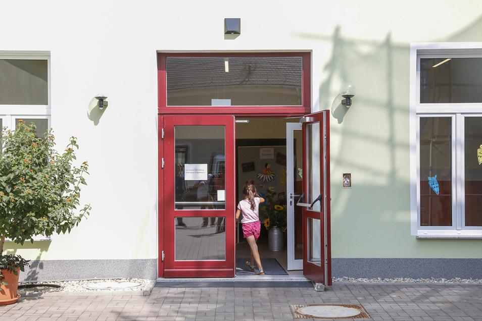 Der Haupteingang befindet sich nun auf der Rückseite des Schulgebäudes.