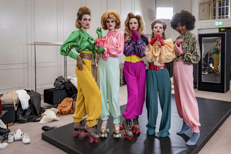 Romy (Zweite von rechts) vor dem Rollschuh-Walk im Kreise anderer Topmodel-Anwärterinnen.