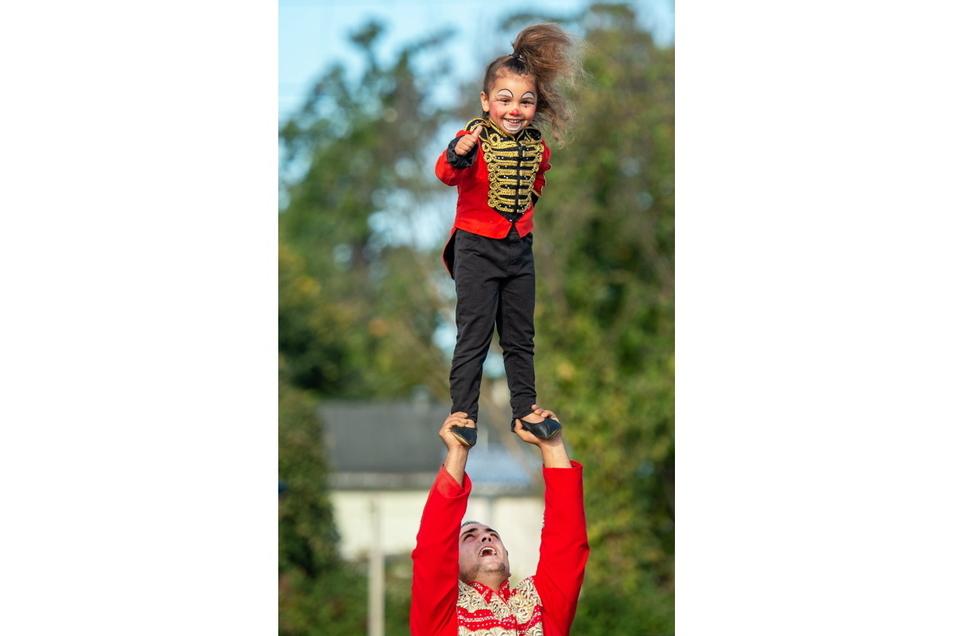 Sie hat den Zirkus im Blut: Während ihre sechs und acht Jahre alten Schwestern vormittags die 1. Grundschule Großenhain besuchen, übt die dreijährige Evangeline fröhlich das Balancieren.