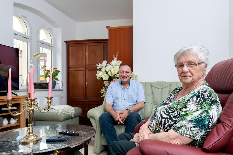 Christel Schumann (re.) musste in Pirna aus ihrer Wohnung. Im barrierefrei sanierten Haus von Michael Walldorf in Sebnitz gehört sie zu den ersten Mietern.