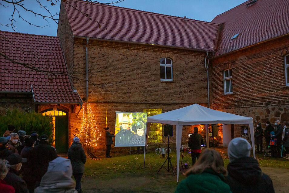 Auf einer Leinwand im Pfarrhof in Lauta Dorf wurde Heiligabend zweimal ein selbst erstelltes Krippenspiel-Video gezeigt – vor einer begrenzten Gästezahl.