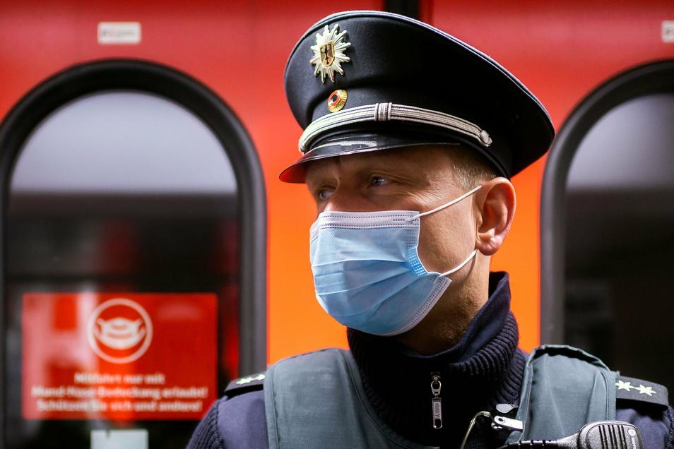 """""""Der Großteil der Leute hält sich dran."""" Bundespolizist Sören Kleinert kontrolliert gemeinsam mit dem Ordnungsamt des Landkreises die Einhaltung der Maskenpflicht in der S-Bahn."""