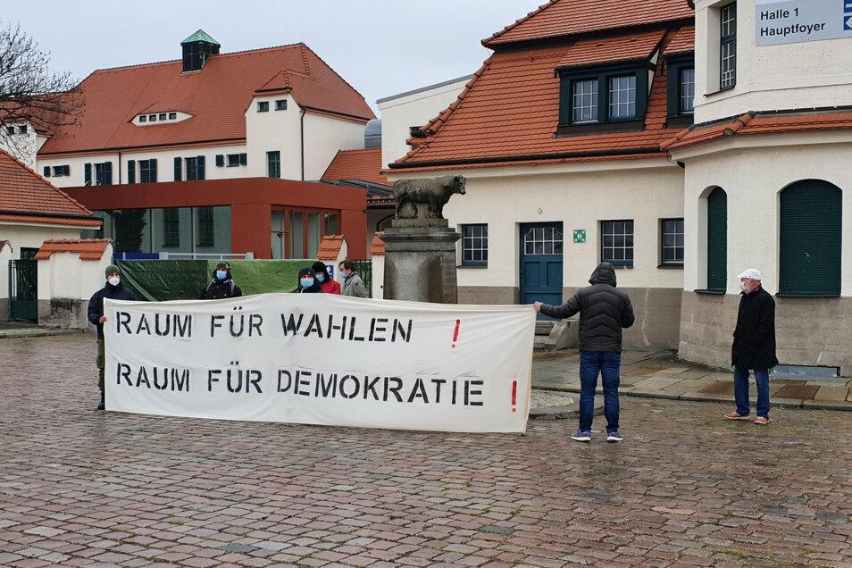 AfD-Vertreter reagierten mit einem eigenen Banner und verwiesen auf die Bedeutung von Wahlen für die Demokratie.