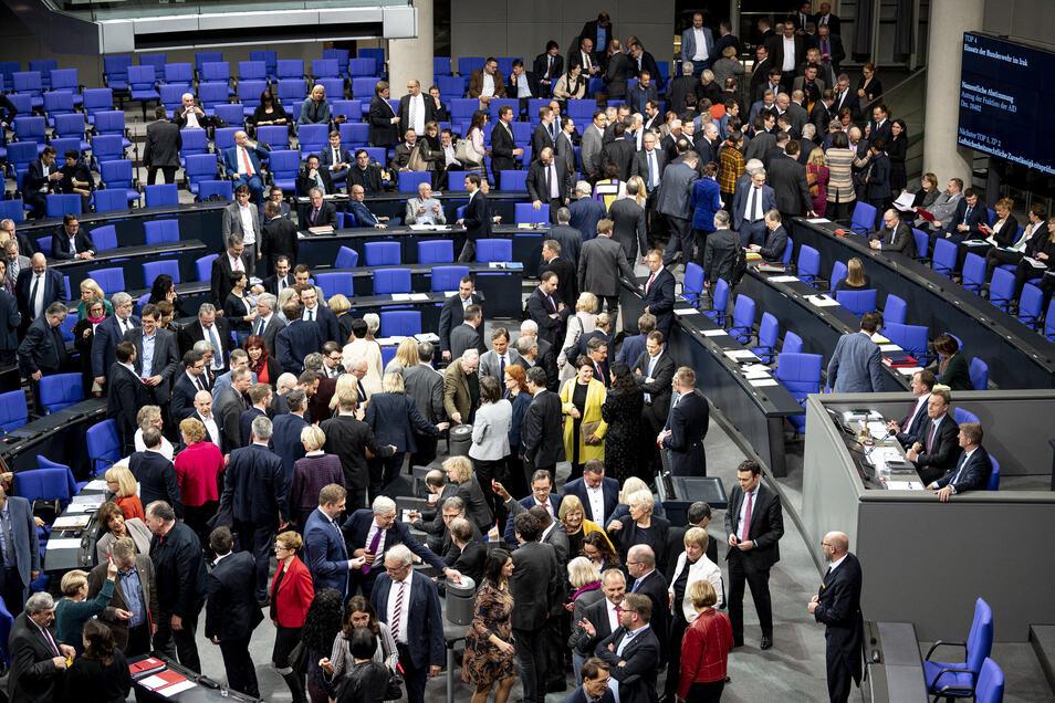 Gedränge an der Wahlurne: Die mehr als 700 Mitglieder des Deutschen Bundestags stimmen am 15. Januar über das Mandat für den Einsatz bewaffneter Einsatzkräfte im Irak ab.