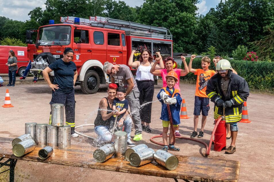 Finlay (3) und Nils Finn (7) nehmen mit ihren Familien am Zielspritzen teil. Das ist eine Station, die der Ostrauer Feuerwehrverein aufgebaut hatte.