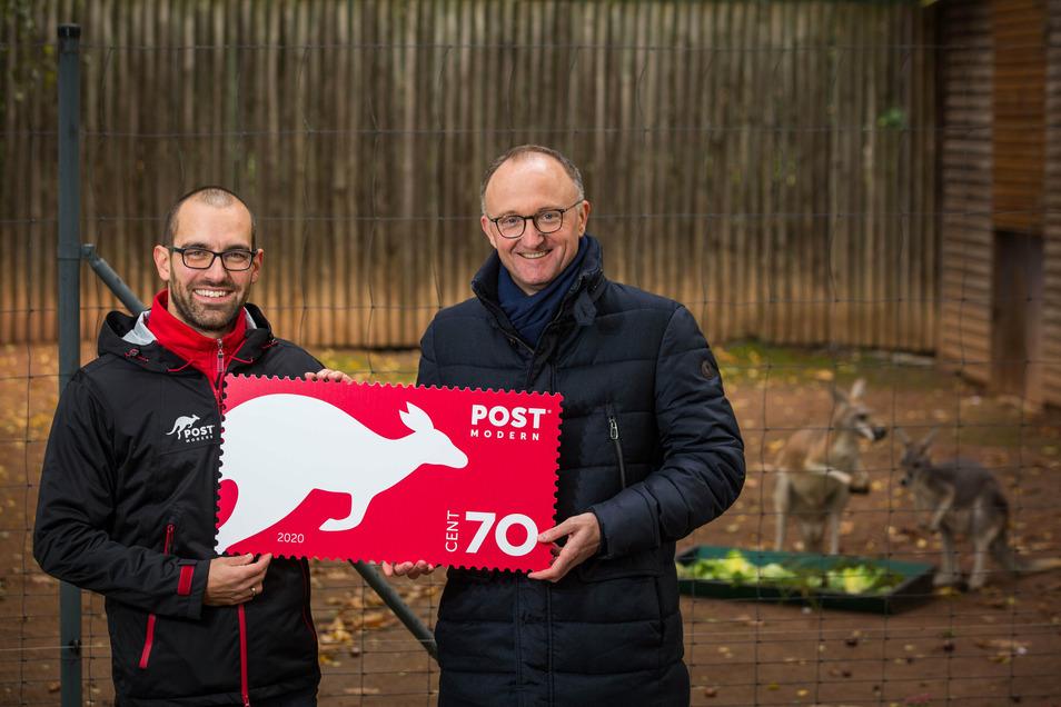 """Alexander Hesse, Marketingleiter (links) und Michael Ulbrich, Geschäftsführer von """"Postmodern"""" präsentieren die neue Känguru-Briefmarke zur Neustrukturierung des Unternehmens"""