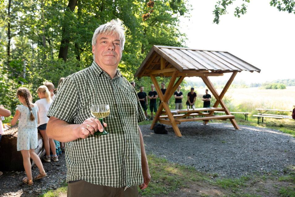 Ullrich Rettinghaus und seine Mitarbeiter von der gleichnamigen Möbelmanufaktur in Langebrück haben den neuen Freisitz aufgestellt.