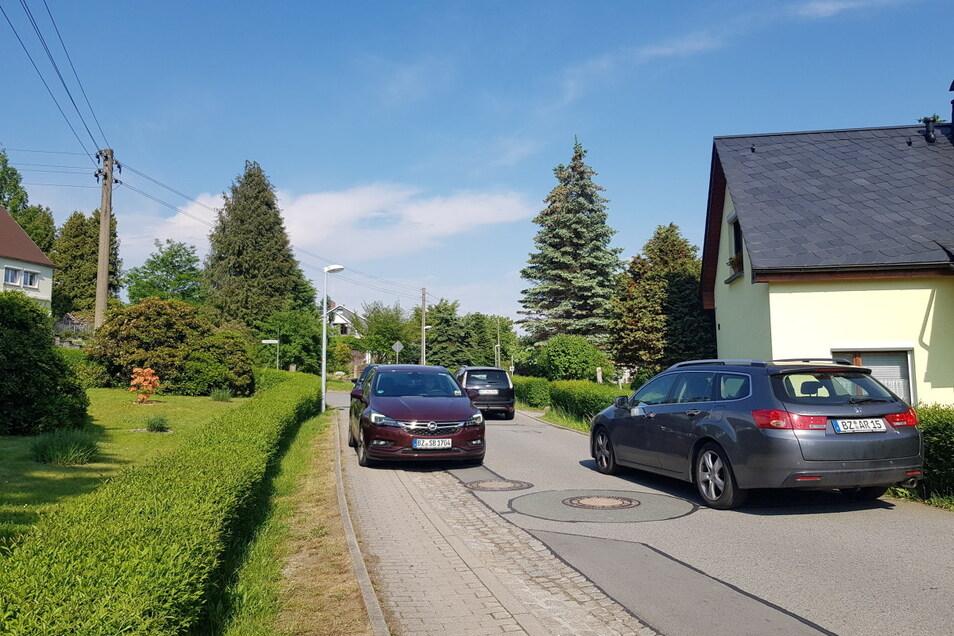 Während der Bauarbeiten auf der B 98 nutzen viele Ortskundige die schmale Lessingstraße, um von Steinigtwolmsdorf nach Sohland zu kommen. Bei Gegenverkehr müssen Autofahrer auf den schmalen Gehweg ausweichen. Anwohner sind verärgert über die Situation vor