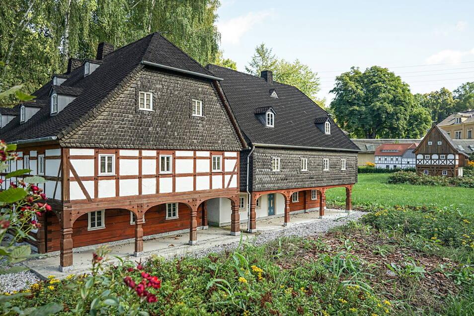 Im Umgebindehaus-Park in Cunewalde sind Modelle zahlreicher Umgebindehäuser aus der Region im Maßstab 1:5 zu sehen, hier ein Laubenhaus aus Schirgiswalde.