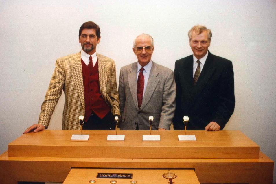 Günter Blümlein, Walter Lange und Hartmut Knothe mit der ersten Uhrenkollektion der neuen Ära, 1994