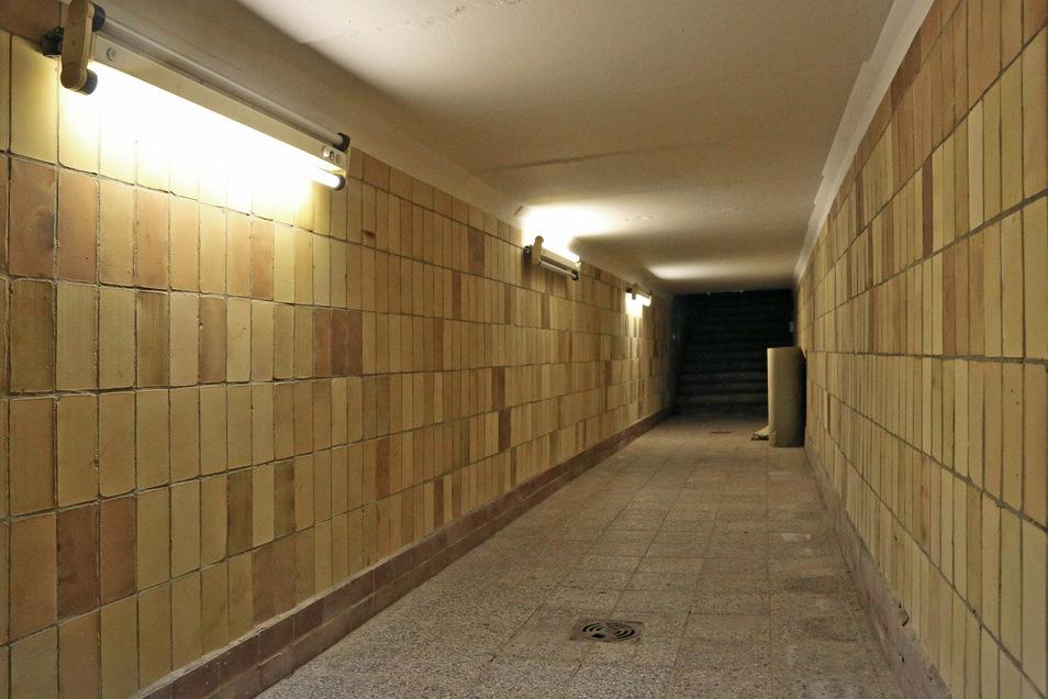 Der legendäre Spielertunnel, durch den die Fußballer das Spielfeld betraten. So was gibt es sonst eigentlich nur in Großstädten.