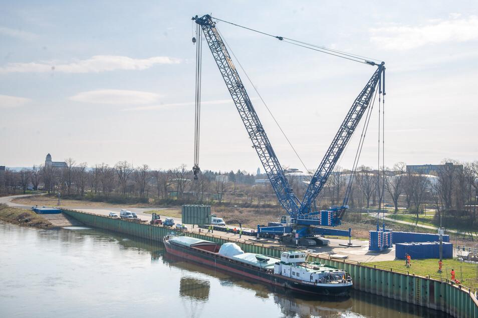 Hier hing ein 173 Tonnen schwerer Trafo im vergangenen Frühjahr am Kran. Im Alberthafen begann seine Schiffsreise auf dem Wasserweg, die bis nach China führte.