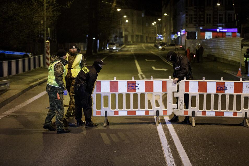 Polnische Grenzpolizisten schließen die Stadtbrücke von Görlitz nach Zgorzelec um 0 Uhr am 15. März. Dagegen regt sich nun Widerstand.