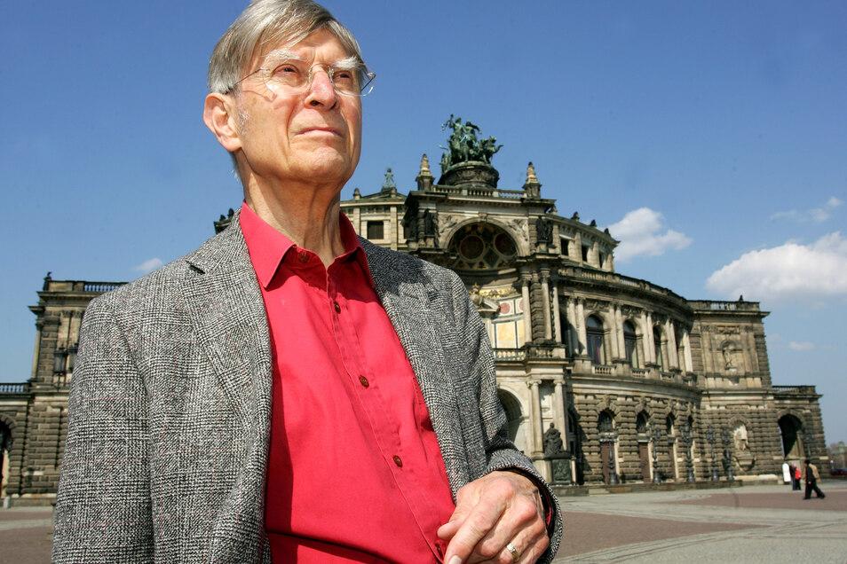 Dirigent Herbert Blomstedt auf dem Dresdner Theaterplatz vor der Semperoper.