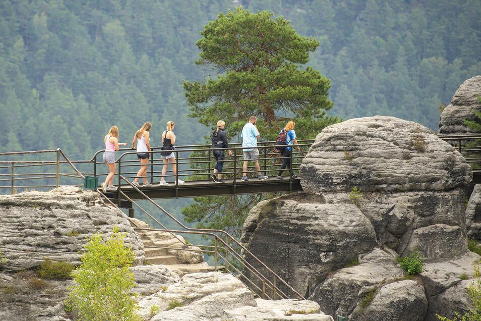 Besucher erkunden auf die Felsenburg Neurathen.