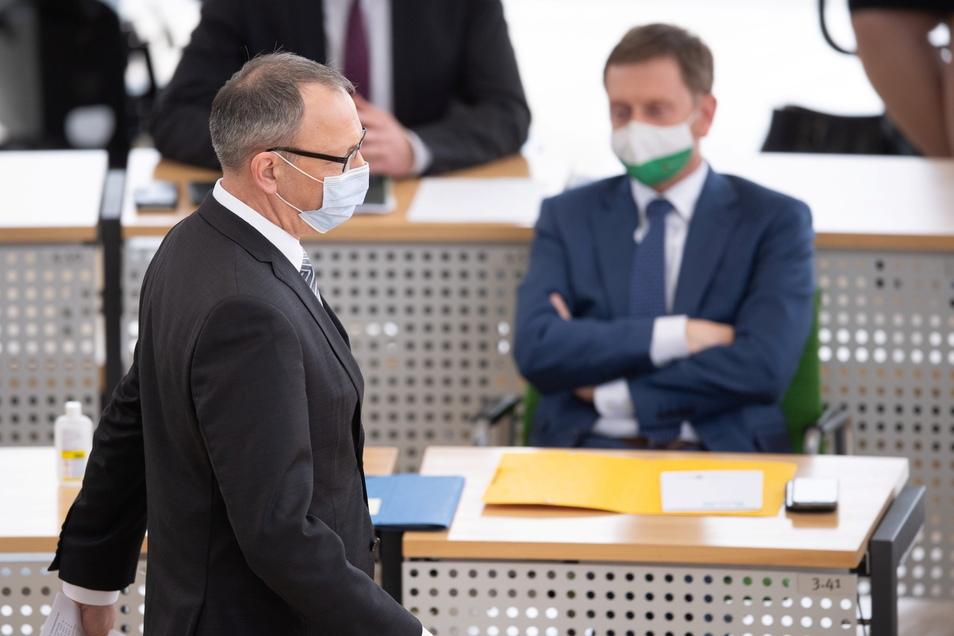 Jörg Urban, Vorsitzender der Sachsen-AfD geht im Plenum des Landtags an Ministerpräsident Michael Kretschmer (CDU) vorbei zum Rednerpult.