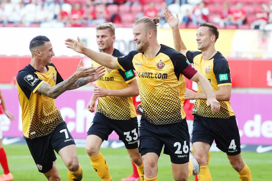 Dynamo jubelt über das 1:0. Sebastian Mai (Nr. 26) hat getroffen und klatscht mit den Kollegen ab.
