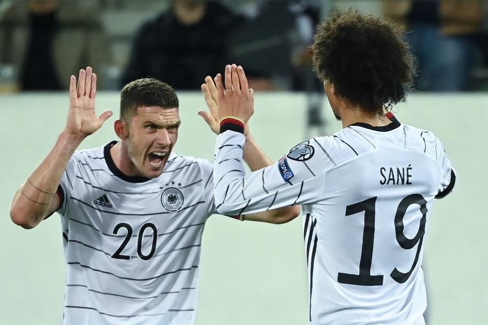 Deutschlands Torschütze Leroy Sane (r) feiert mit Robin Gosens das 0:2.