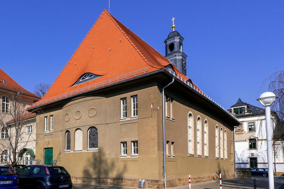 Das Baugerüst um die Hospitalkirche in Pirna ist weg. Im Innern soll nun eine Kletterhalle entstehen.