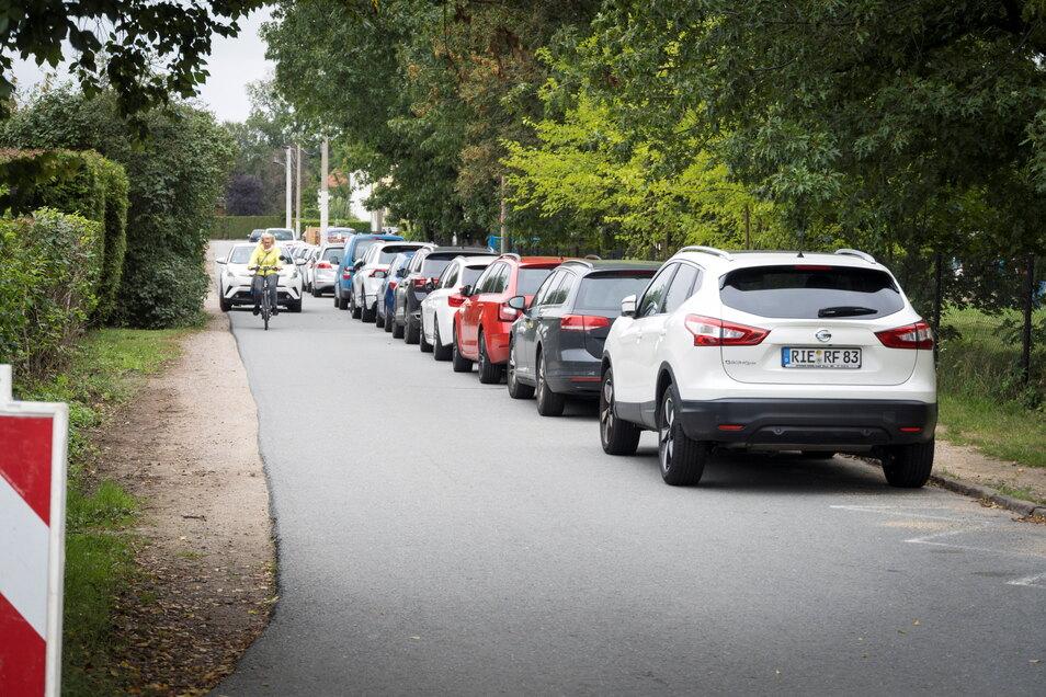 Enge Sache: Wenn wie hier an einem Sonnabend auf dem Göhliser Sportplatz Spielbetrieb herrscht, ist eine Seite der Ziegeleistraße von vorn bis hinten zugeparkt.
