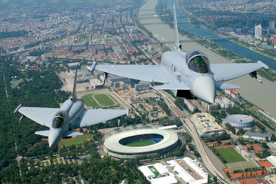 Zwei Eurofighter fliegen über der österreichischen Hauptstadt Wien.
