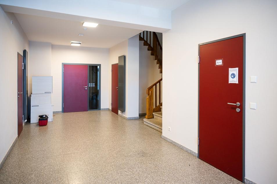 """Komplett saniert, hier der Eingangsbereich, ist das """"Haus der Jugend"""" im Inneren."""
