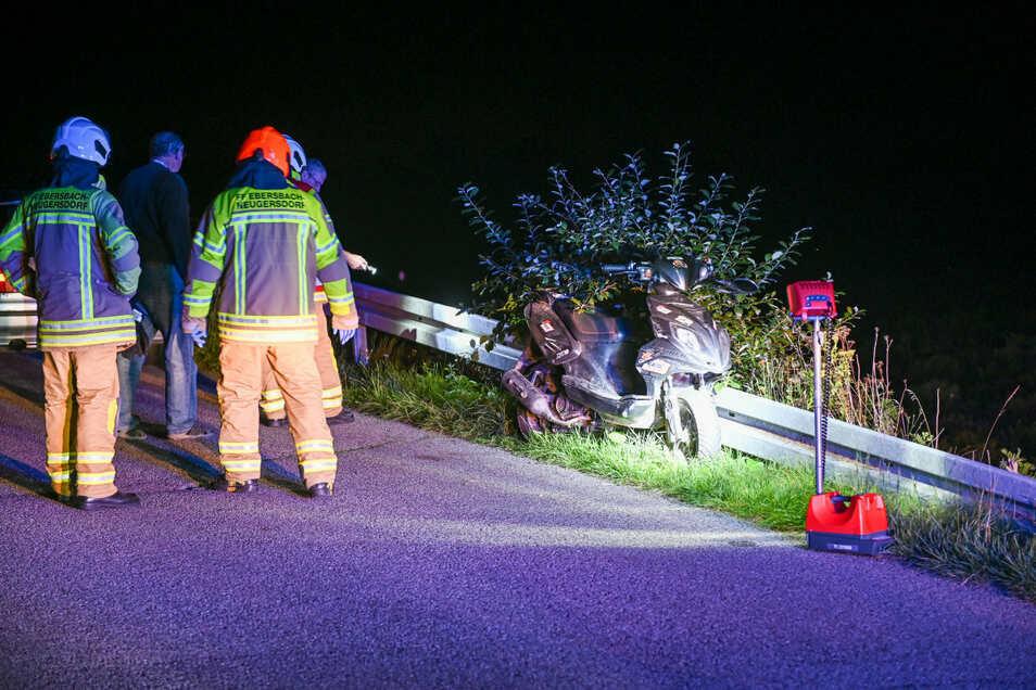 Die Feuerwehr Neugersdorf kam zum Einsatz, um unter anderem die Unfallstelle auszuleuchten.