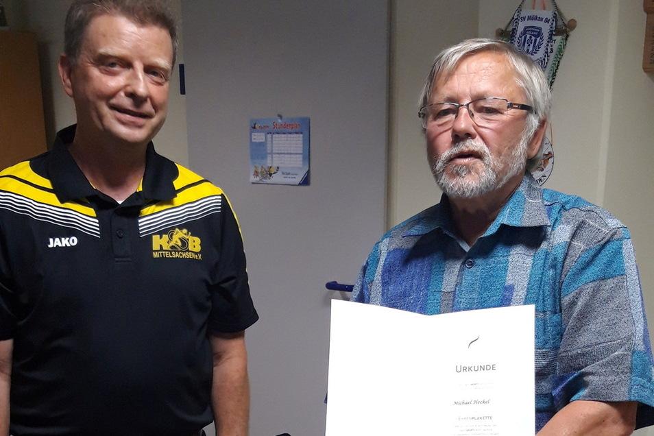 Matthias Scheidig, Vize-Präsident des Kreissportbundes (links), überreicht Michael Heckel als Vorsitzendem der SG Sitten die Auszeichnung.