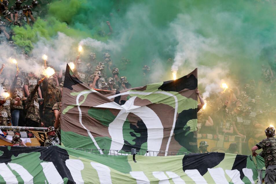 Dynamo-Anhänger im Karlsruher Gästeblock.