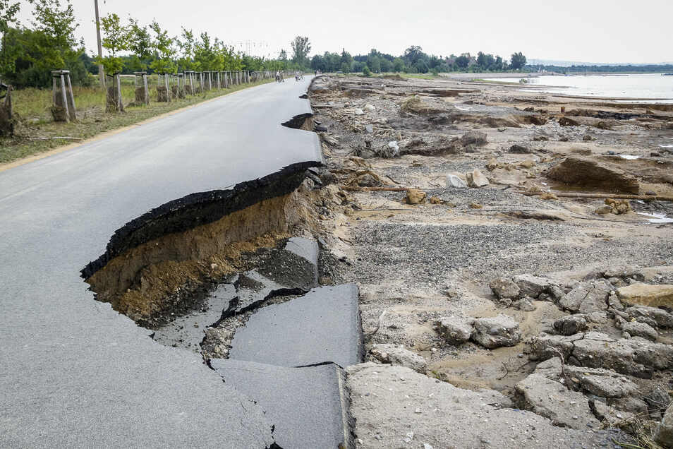 Der Nordoststrand am Berzdorfer See wurde mitsamt der Uferpromenade schwer beschädigt.