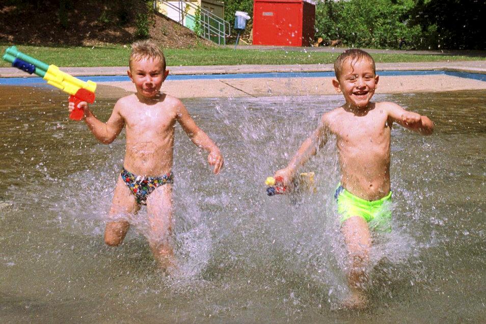 Badespaß im Freibad wie auf diesem Foto von 2002 zu sehen – in Meißen soll das wieder möglich werden.