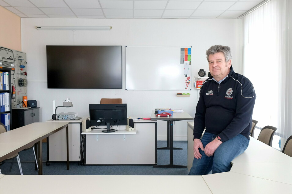 Ratlos, machtlos, hoffnungslos. Andreas Bönisch in seiner leeren Fahrschule.