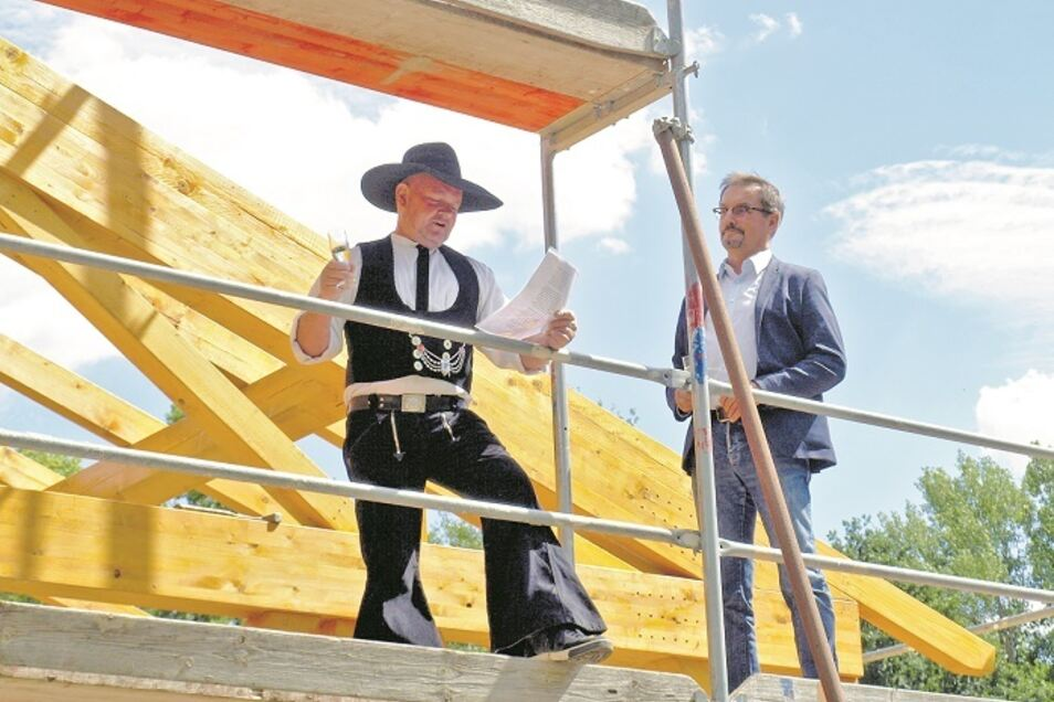 Zimmermann Jens Pannasch von der Holzbaufirma Rösch in Groß Düben hielt den Richtspruch, bevor Bürgermeister Andreas Lysk den letzten Nagel einschlug.