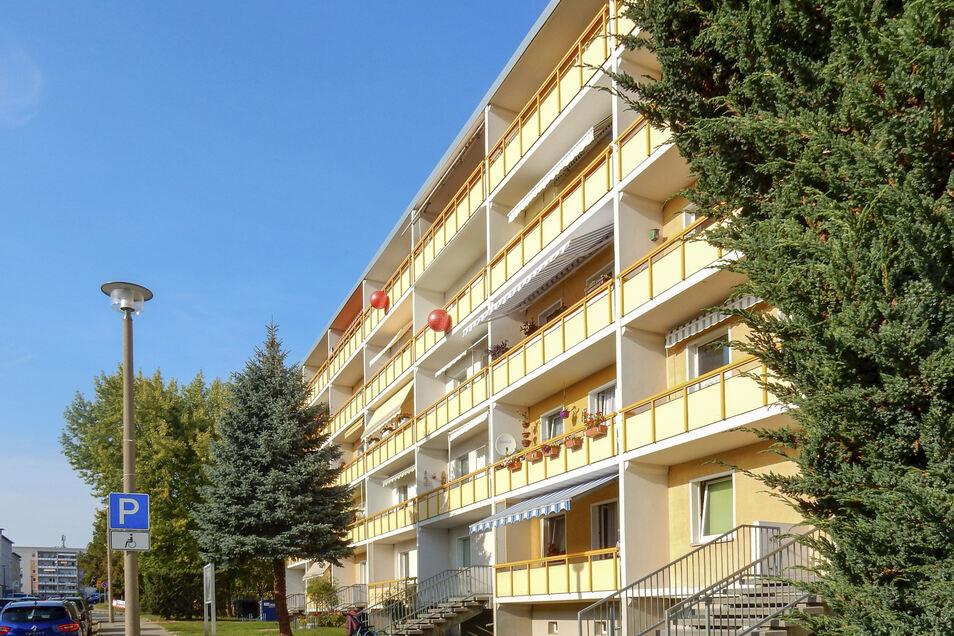 Die Bälle hängen beispielsweise an diesem Wohnhaus in der Lausitzer Straße in Königshufen.
